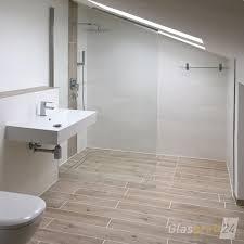 die halterung der walk in dusche erfolgt hier durch ein