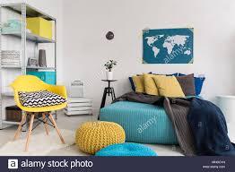 geschossen einem modernen blau und gelb schlafzimmer
