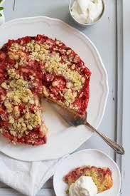 erdbeere rhabarber streuselkuchen mit waldmeisterstreuseln