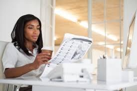 Une Femme Afro Américaine En Lisant Le Journal Beau Medias Vecteurs Et Photos Gratuites