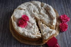 traditioneller käsekuchen mit tonkabohne und baiserhaube