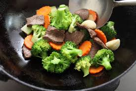 cuisiner avec un wok la cuisine au wok la poêle à tout faire cuisine et achat la