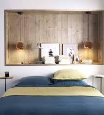 chambre avec une tête de lit en niche de rangement