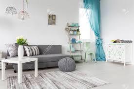 grau wohnzimmer mit minze vorhänge und weiße wände