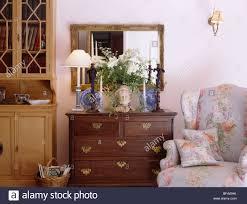 spiegel oben beleuchtete le und vase mit blumen auf
