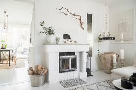 kamin im weißen wohnzimmer im boho stil bild kaufen