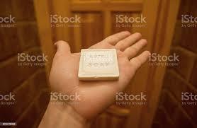 eines touristen mit stück weiße seife form toilettenartikel im badezimmer ein kleines hotel stockfoto und mehr bilder badewanne