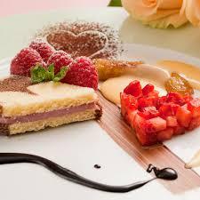 kuchen desserts mit erdbeeren und eierlikör in herzform