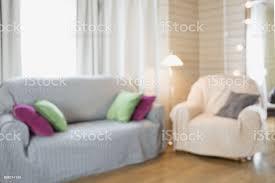 moderne wohnzimmer einrichtung im rustikalen stil mit stuhl weichen diwan abstrakte hintergrundunschärfe für design stockfoto und mehr bilder