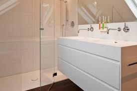 helles bad mit dachschräge und glasdusche tischlerei schöpker