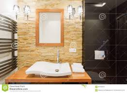 dekorative steinwand im badezimmer stockfoto bild