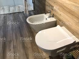 bild modernen schwedischen stil garderobe waschraum badezimmer suite mit weißer wand aufgehängt wc wc und weichen engen sitz deckel und passende