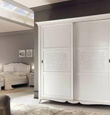 klassischer schlafzimmerschrank aus holz luxus