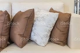 kissenset auf weißen sofa im wohnzimmer stockfoto und mehr bilder architektur