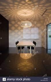 anhänger licht über tisch und stühle im modernen