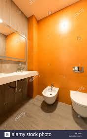 innenraum der modernen badezimmer in orangen und weissen