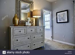 modernes schlafzimmer kommode mit goldenen akzenten