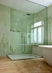gräser und fingerhut auf glasurmalerei im badezimmer