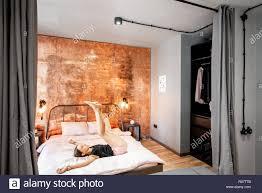 moderne schlafzimmer im loft intreior mit hellem kupfer wand