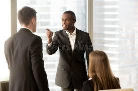 le sexe au bureau soyez en conflit entre les employés de bureau noirs et blancs de