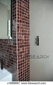 braun mosaikfliesen auf wand modernes badezimmer