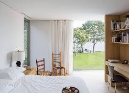 helles schlafzimmer bodentiefe fenster blick garten gardinen