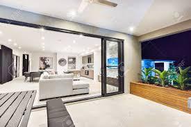 moderne wohnzimmer ist auf die terrasse außen durch die glastür befestigt
