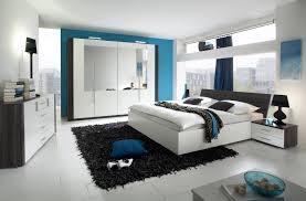 chambre complete blanche salle de bain coloree