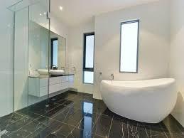 interessante freistehende badewanne im modernen hellen bad