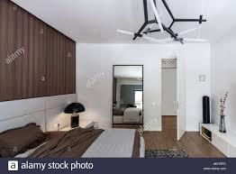 schlafzimmer in einem modernen stil mit weißen wänden und