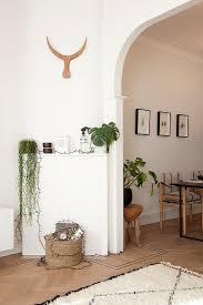 deko mit zimmerpflanzen in der ecke vor bild kaufen