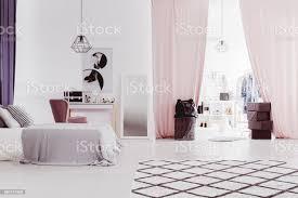 rosa vorhänge in anspruchsvollen schlafzimmer stockfoto und mehr bilder accessoires