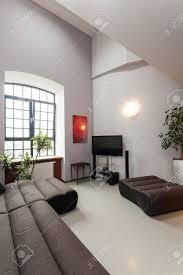 interior aus einem geräumigen wohnzimmer mit moderner kunst malerei