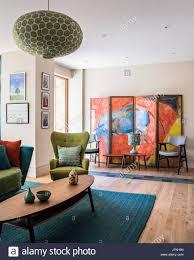 grünen hohem rücken retro sessel im wohnzimmer mit großen