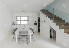 weiße küche und esszimmer mit weißem epoxy boden