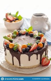 südlicher kuchen mit frischen erdbeeren und heidelbeeren