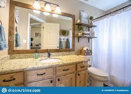 inneres badezimmer mit waschbecken und wc gegen beigefarbene