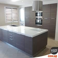 prise pour ilot central cuisine cuisine ouverte ultra design mur de rangement encastré en bois