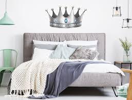 schlafzimmer wandtattoo krone in silber mit blauen diamanten