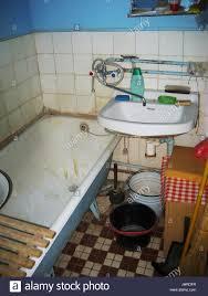 altes schmutziges badezimmer stockfotografie alamy