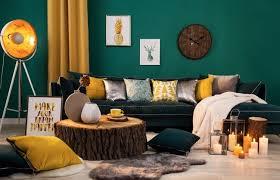 dunkelgrüne wand wohnzimmer als hingucker mit gelb
