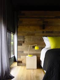 chambre en lambris couleur jaune pour deco chambre lambris bois rideaux gris
