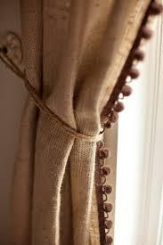 rustikal dekorieren mit leinen und bommelband in beige oder