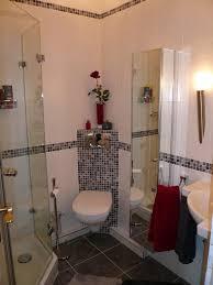 installation kleines badezimmer gestalten und holzschrank