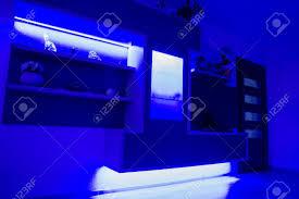 modern gestaltete möbel im wohnzimmer mit led beleuchtung