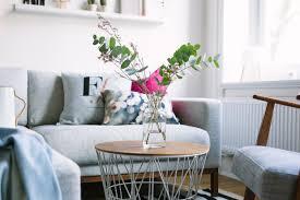 wohnzimmer neu einrichten kupfer rosé und blau