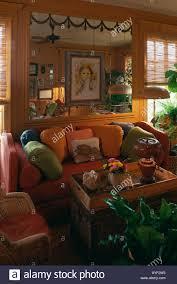 sofa unter spiegel orange 70er jahre wohnzimmer mit