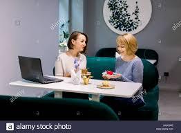 zwei junge frauen essen ein dessert im cafe klatsch mit