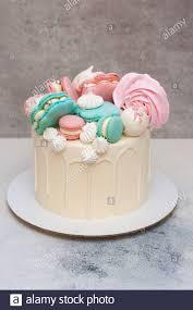 eleganter weißer kuchen mit makaronischen meeresschalen