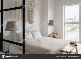 seitenansicht des modernen hauses mit hellem schlafzimmer